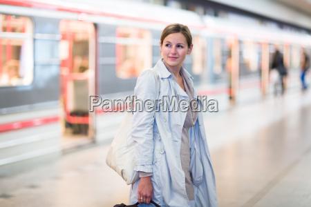 mujer estacion metro transporte paso inferior