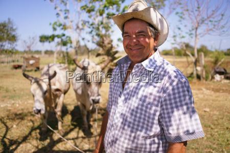 retrato happy man farmer at work