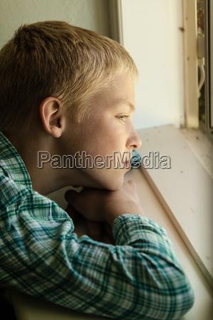 azul interior ventana masculino cara triste