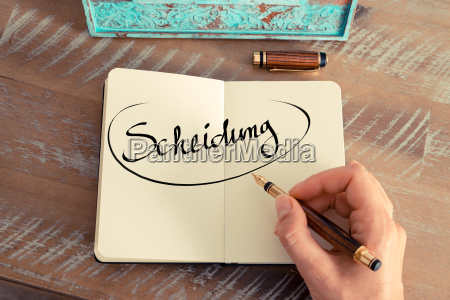 mujer mano escribir estrategia escritorio disenyo