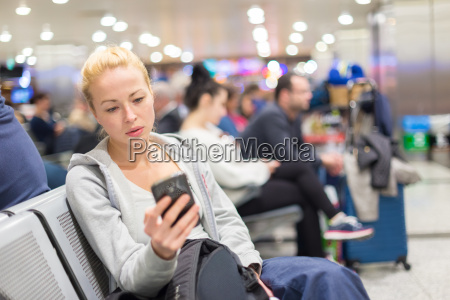viajero femenino usando el telefono celular