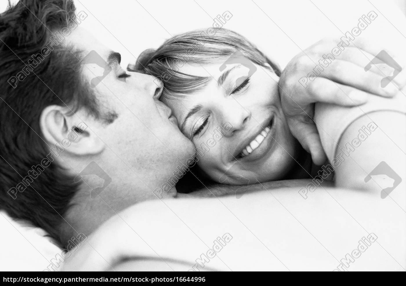 pareja, abrazándose, hombre, besando, la, frente, de - 16644996