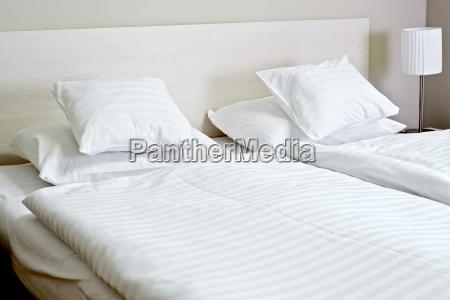cama doble en habitacion de hotel