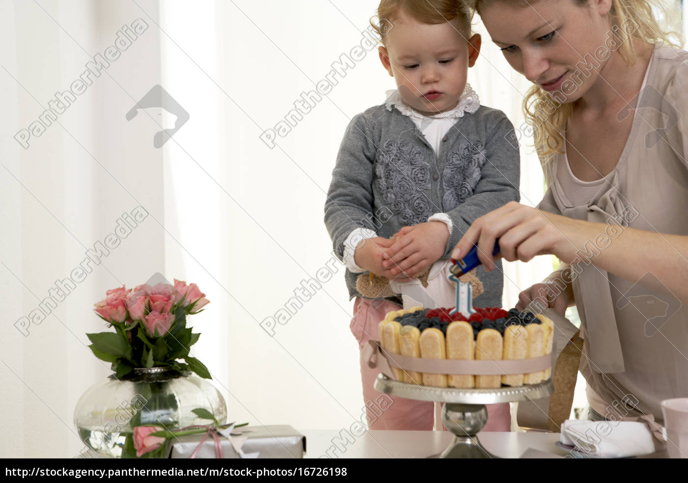 Madre E Hija Celebrando El Primer Cumpleanos De La Stockphoto