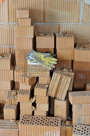 guantes de trabajo en una pila