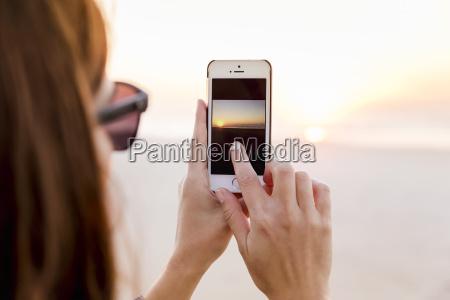 mujer hermosa tomando fotos con un