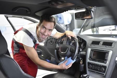 limpieza de coches hombre de limpieza