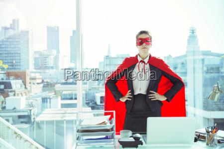 empresaria vestida con capa y mascara