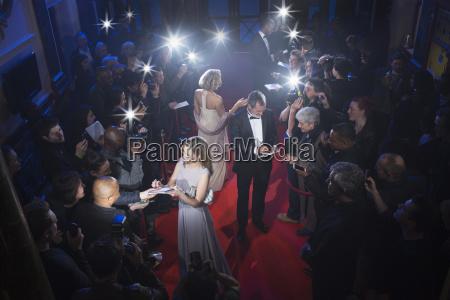 celebridades bien vestidos firmando autografos en