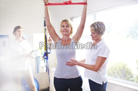terapeuta fisico guia mujer tirando de