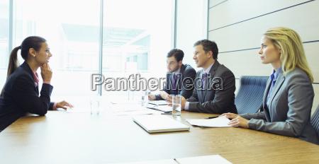 gente de negocios hablando en reunion