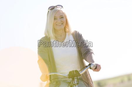 retrato sonriente mujer senior bicicleta a