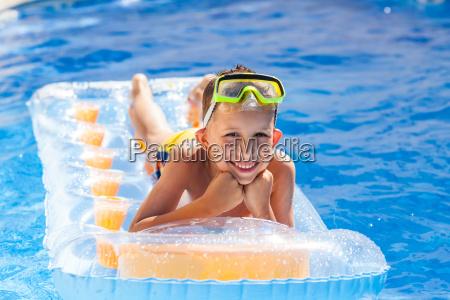 chico casual divirtiendose en la piscina