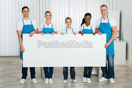 limpiadores que sostienen el estandarte en