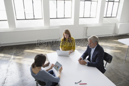 hombre de negocios y dos mujeres