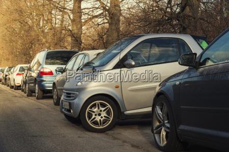 aparcamiento de coches pequenyos de lado