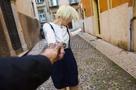 italia verona mujer rubia feliz que