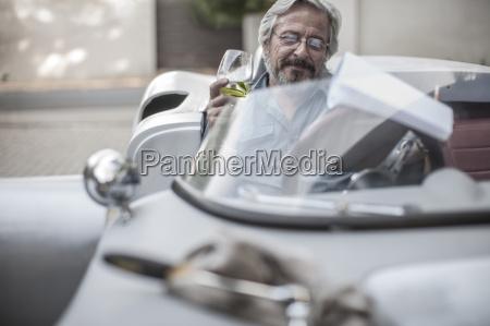 el hombre mayor en el coche