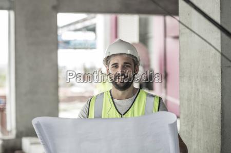 retrato de trabajador sonriente de la