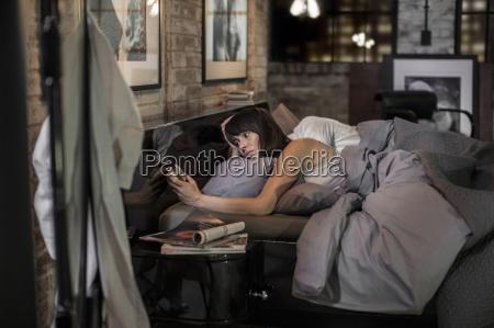 mujer insomne en la cama mirando