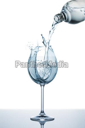 verter agua sobre el vidrio