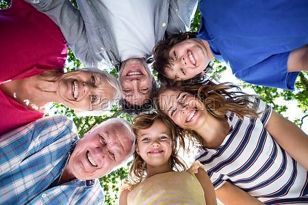 familia sonriente con la cabeza en