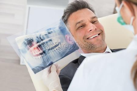 dentista con los dientes de rayos