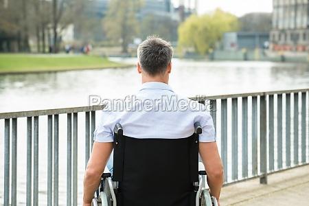 vista trasera del hombre discapacitado en