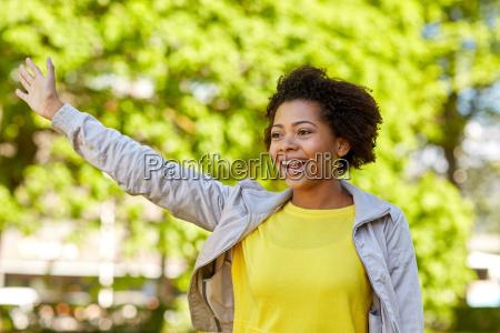 feliz afroamericana joven mujer en el