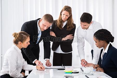 empresarios analizando graficas