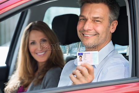 hombre sentado dentro del coche que