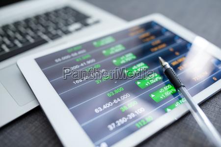 graficos financieros sobre tablet pc