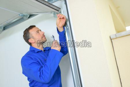 reparacion de una puerta de garaje