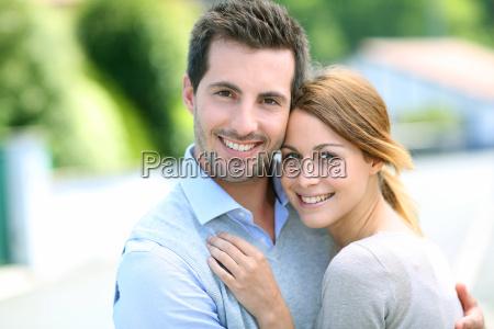 alegre pareja de pie frente a