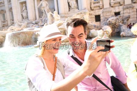 pareja tomando fotos frente a la