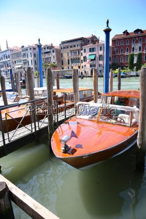 vista de los barcos en canal
