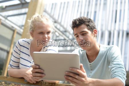 estudiantes en el patio de la