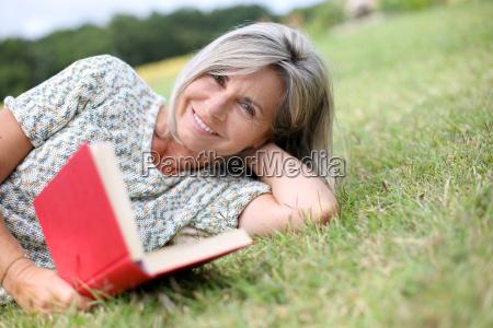 libro de lectura mayor mujer relajado