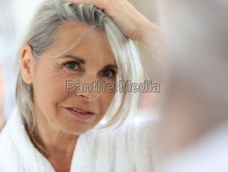 mujer mayor preocupada por el pelo