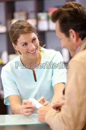farmaceutico aconsejando al cliente sobre medicacion