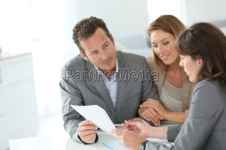 clientes y reunion de banqueros para