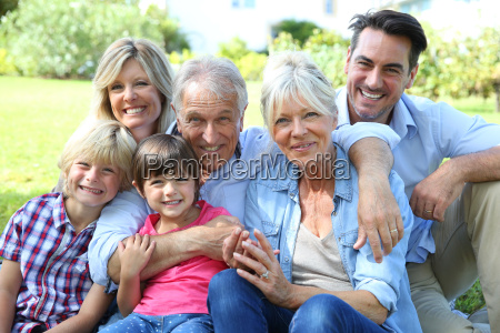 feliz familia de 3 generaciones en