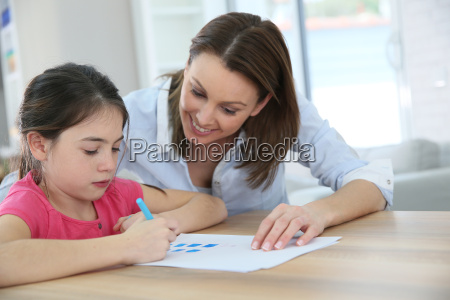 chica de escuela con madre aprendiendo