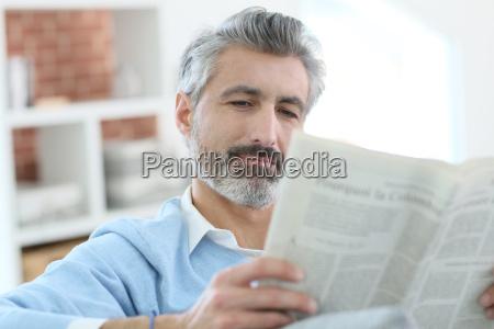 diario tageblatt personas gente hombre risilla