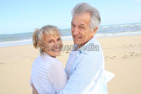 alegre pareja de ancianos de pie