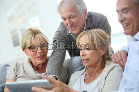grupo de jubilados sentados en el