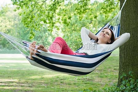 mujer que se relaja en hamaca