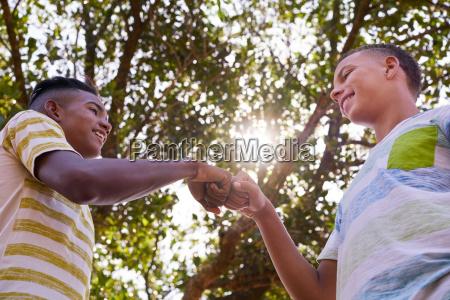 africano y caucasico ninyos uniendose manos