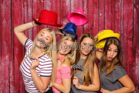 las mujeres jovenes se divierten con