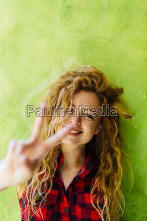 retrato de mujer sonriente mostrando signo